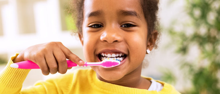 Zähneputzendes Kind