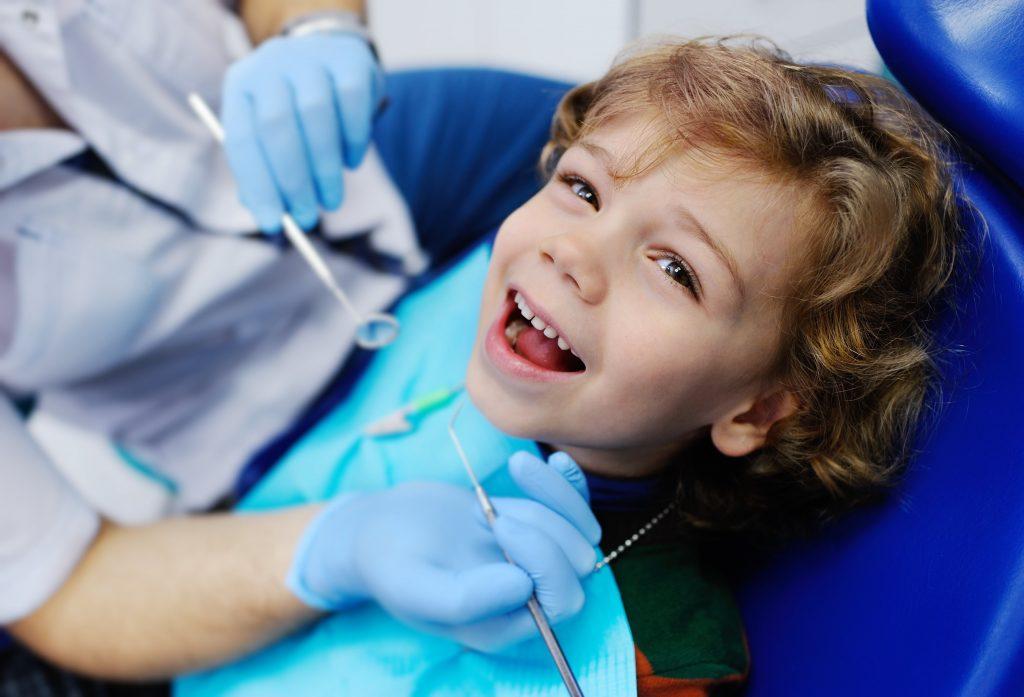 Kind lächelt angstfrei beim Kinderzahnarzt
