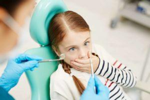 Kind hat Angst vor dem Zahnarzt
