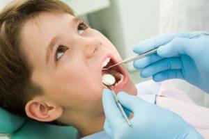 Kind bei der Zahnkontrolle beim Kinderzahnarzt in Krefeld