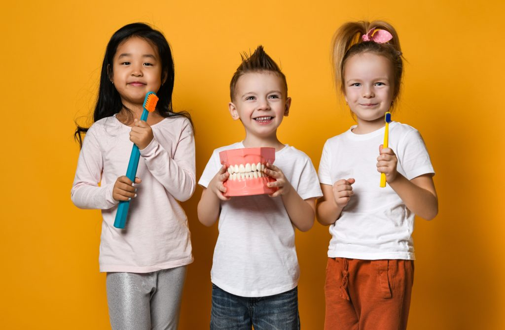 Kinder mit Spiel und Spaß beim Kinderzahnarzt in Krefeld