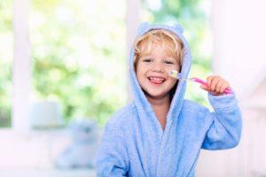 Kleiner Junge putzt die Zähne zur Prophylaxe