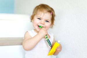 Kleinkind mit Zahnbürste
