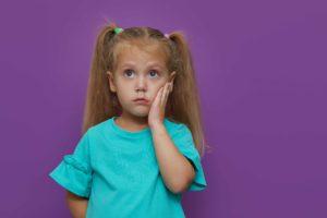 Kind mit Zahnschmerzen